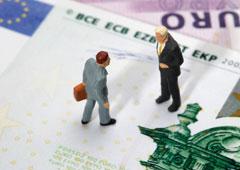 Dos muñecos sobre billetes de euro
