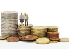 Montoncitos de euros y dos ancianos