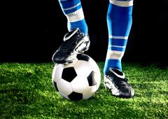 Unpie sobre un balón de fútbol