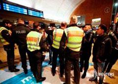 Agentes de policía piden la documentación a un grupo de jóvenes en la Estación Central de Colonia el 1 de enero de 2017