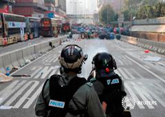 Policía antidisturbios, frente a manifestantes antigubernamentales durante una manifestación en el Día Nacional de China, en Wong Tai Sin, Hong Kong, China. 1 de octubre de 2019.