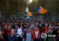 Manifestantes separatistas marchan durante una protesta por las sentencias del juicio del