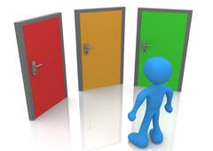 Un muñequito frente a tres puertas de colores