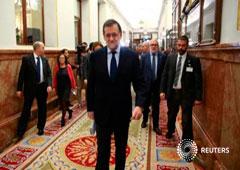 El presidente del Gobierno, Mariano Rajoy (en el centro) llega al Congreso en Madrid, 23 de noviembre de 2016
