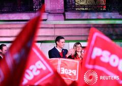 En la imagen, el presidente español en funciones y líder del PSOE, Pedro Sánchez, ante simpatizantes en la sede del partido en Madrid tras las elecciones generales del 10 de noviembre de 2019.