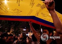 El Gobierno de Colombia y la guerrilla de las FARC anunciaron el miércoles que llegaron a un acuerdo de paz definitivo, después de casi cuatro años de negociaciones en Cuba, un histórico logro para poner fin al conflicto armado más antiguo de América Lati