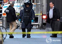 Un miembro del escuadrón de explosivos de la policía de Nueva York, fuera del edificio de Time Warner en Manhattan. 24 de octubre de 2018.