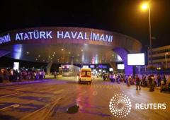 Una ambulancia llegando al Aeropuerto Internacional Ataturk, en Estambul. 28 de junio de 2016. Dos explosiones estremecieron el martes al principal aeropuerto internacional de Estambul y los primeros reportes indicaron que había 10 muertos y unos 20 herid