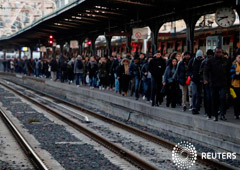 Los viajeros caminan en un andén de la estación de tren Gare de l'Est durante una huelga de todos los sindicatos de trabajadores franceses de la SNCF y de la red de transporte de París (RATP) en París como parte de un segundo día de huelga nacional y de p