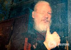 Noticias Principales 12 de abril de 2019 / 8:33 / hace 2 horas Arrestan y acusan a Assange tras siete años de soledad en la embajada Ecuador Por Guy Faulconbridge, Kate Holton y Costas Pitas 6 MIN. DE LECTURA LONDRES (Reuters) - La policía británica se