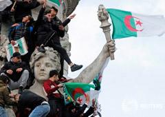 Noticias Principales 12 de marzo de 2019 / 7:51 / hace una hora Bouteflika cede a la presión popular y renuncia a un quinto mandato como presidente de Argelia Reuters Staff 1 MIN. DE LECTURA Manifestantes ondean banderas argelinas durante una marcha con