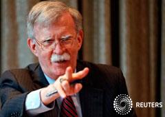 El asesor de seguridad nacional de Estados Unidos, John Bolton, hace un gesto mientras se reúne con periodistas durante una visita a Londres, Gran Bretaña. 12 de agosto 2019.