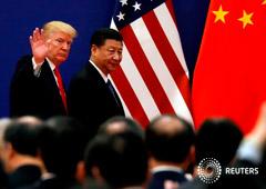 Foto de archivo del presidente de EEUU, Donald Trump, y su par chino, Xi Jinping, durante una reunión de líderes empresariales en el Gran Salón del Pueblo en Pekín. 9 de noviembre de 2017. REUTERS/Damir Sagolj.
