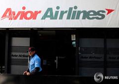 Un guardia de seguridad frente a una oficina de Avior Airlines en Caracas. 15 de mayo de 2019. REUTERS/Manaure Quintero.