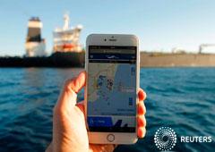 FOTO DE ARCHIVO - La posición del petrolero iraní Adrian Darya 1, anteriormente llamado Grace 1, se ve en un teléfono móvil en el Estrecho de Gibraltar, España, el 18 de agosto de 2019.