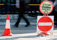 Imagen de un cartel contra el Brexit fuera del Parlamento en Londres. Octubre 22, 2019.