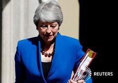 Noticias Principales 24 de julio de 2019 / 15:39 / hace 16 horas May se despide emocionada tras la última sesión como primera ministra británica Reuters Staff 2 MIN. DE LECTURA La primera ministra británica Theresa May abandona Downing Street en Londres