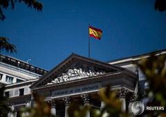 En la imagen, la bandera española ondea sobre el Congreso de los Diputados en Madrid, España, el 25 de abril de 2016.