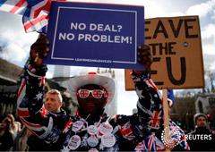FOTO DE ARCHIVO: los manifestantes pro-Brexit sostienen pancartas frente al Parlamento en Londres, Reino Unido, 13 de marzo de 2019.