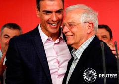 El candidato del Partido Socialista a las elecciones europeas, Josep Borrell, y el presidente Pedro Sánchez en Madrid, el 26 de mayo de 2019.