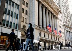 FOTO DE ARCHIVO: Un hombre lleva una máscara mientras camina cerca de la Bolsa de Valores de Nueva York (NYSE) en el distrito financiero de la ciudad de Nueva York, EEUU, 2 de marzo de 2020.
