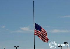 La bandera de Estados Unidos se ve a media asta, cerca del lugar de un tiroteo masivo en el que 20 personas perdieron la vida en un Walmart en El Paso, Texas, Estados Unidos, el 4 de agosto de 2019.