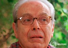 Foto de archivo del ex secretario general de la ONU Javier Perez de Cuellar durante una entrevista con Reuters en su casa en Lima, Feb 18, 1998.