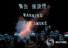 Noticias Principales 8 de agosto de 2019 / 8:08 / hace 44 minutos Hong Kong se enfrenta a su peor crisis desde el traspaso de la soberanía Por Farah Master y James Pomfret 2 MIN. DE LECTURA La policía dispara gases lacrimógenos durante una manifestación