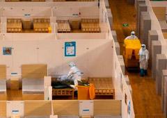 Trabajadores en trajes protectores limpian las habitaciones de un hospital improvisado que fue cerrado después de que el último grupo de pacientes con coronavirus haya sido dado de alta, en Wuhan, el epicentro del brote de coronavirus, en la provincia de