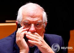 En la imagen de archivo, el ministro de Exteriores, Josep Borrell, habla por teléfono al inicio de una cumbre de ministros de la UE en Bruselas, Bélgica, el 16 de julio de 2018.