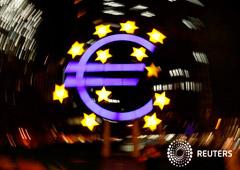 FOTO DE ARCHIVO: El símbolo del euro, fotografiado en Fráncfort, Alemania, el 9 de abril de 2019.