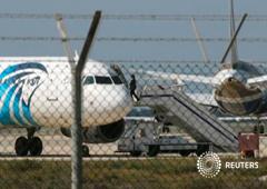 Un oficial en el avión secuestrado en Larnaca, Chipre, el 29 de marzo de 2016