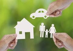 Tarjeta con un dibujo de un coche, una familia y una casa