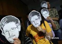 Varias personas con caretas de Snowden durnate un acto de apoyo en Brasilia, el 6 de agosto de 2013