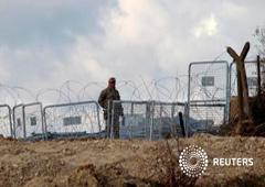 Un soldado turco monta guardia en la ciudad siria de Jirbet Al-Joz en la frontera entre Siria y Turquía, el 7 de febrero de 2016