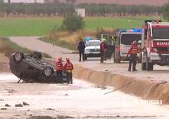 En este fotograma de un vídeo obtenido por Reuters, se ve a equipos de rescate junto a un coche volcado donde dos personas murieron por las fuertes inundaciones en Caudete, Albacete, el 12 de septiembre de 2019.