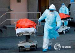 Trabajadores de la salud transportan cuerpos de personas fallecidas por COVID-19 del Centro Médico Wyckoff Heights, Nueva York, EEUU, 4 abril 2020