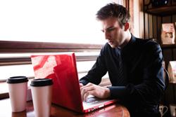Un ejecutivo trabajando en su portátil.