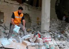 Un trabajador de la la Media Luna Roja inspecciona provisiones médicas tras un ataque a un almacén sanitario en el barrio de Tariq al-Bab, controlado por los rebeldes, en Alepo, Siria, 30 de abril de 2016