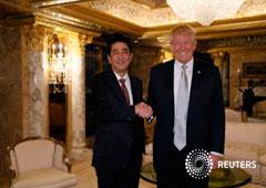 Abe y Trump (S) en la Torre Trump de Manhattan, Nueva York, el 17 de noviembre de 2016