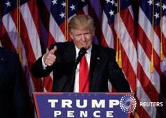 El presidente electo de Estados Unidos, Donald Trump, saluda a sus partidarios durante un mitin en la noche de elección en Manhattan, Nueva York, Estados Unidos. 9 de noviembre, 2016