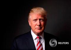 Trump posa tras la entrevista con Reuters en su despacho de la Torre Trump, en Nueva York, el 17 de mayo de 2016