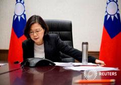 la presidenta de Taiwán Tsai Ing-wen habla por teléfono con el presidente electo Donald Trump en su oficina en Taipei, Taiwán, en esta foto hecha pública el 3 de diciembre de 2016