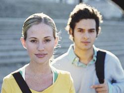 Dos jóvenes mirando al frente