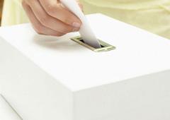 Mano metiendo voto en una urna