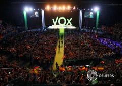 Seguidores del partido de extrema derecha VOX en un acto en el Palacio Vistalegre, Madrid