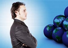 Un abogado frente a bolas del mundo