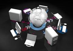 Una bola del mundo rodeada por ordenadores.