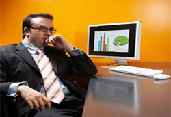 Un hombre en un despacho frente a un ordenador