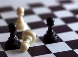 Una pieza de peón del ajedrez caída.